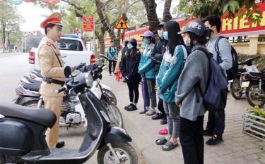 Cảnh sát giao thông huyện Văn Yên tuyên truyền, xử lý học sinh vi phạm an toàn giao thông.
