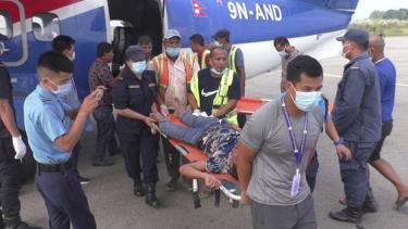 Lực lượng cứu hộ chuyển người bị thương trong vụ tai nạn.