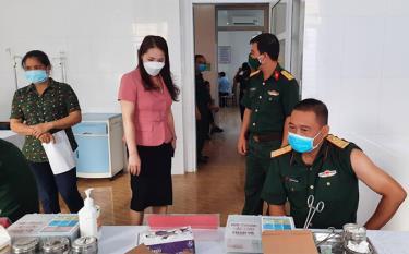 Lãnh đạo huyện Lục Yên kiểm tra tại một điểm tiêm chủng vắc xin phòng Covid-19.