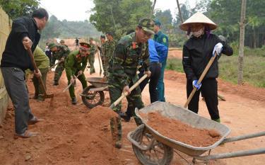 Lực lượng vũ trang thành phố Yên Bái lao động cùng nhân dân đắp lề đường tại thôn Nước Mát, xã Âu Lâu.