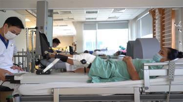 """Bà Ngô Thị Tuất với bài tập phục hồi chức năng """"thiết kế riêng"""" sau phẫu thuật tại Vinmec"""