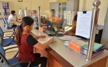 """Người dân đến giải quyết thủ tục hành chính tại Bộ phận """"một cửa"""" xã Đại Đồng."""