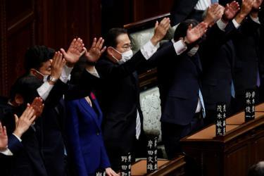 Thủ tướng Nhật Bản Kishida Fumio (giữa) cùng các bộ trưởng trong ngày giải tán Hạ viện tại Tokyo, ngày 14-10.