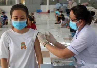 Bộ Y tế: Tiêm vaccine phòng COVID-19 cho trẻ em lứa tuổi từ 16 -17 tuổi trước và hạ dần độ tuổi