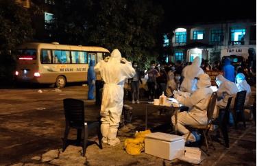 Lực lượng y tế lấy mẫu xét nghiệm tại khu cách ly Trường Chính trị tỉnh cũ