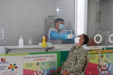 Cán bộ y tế thực hiện lấy mẫu cho người dân tại Chốt kiểm soát dịch Km 237, Cao tốc Nội Bài - Lào Cai.