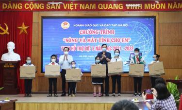 Lãnh đạo Sở Giáo dục và Đào tạo Hà Nội trao máy tính cho học sinh khó khăn.