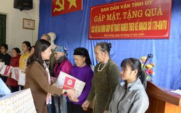 Đồng chí Hoàng Thị Vĩnh - Ủy viên Ban Thường vụ, Trưởng ban Dân vận Tỉnh ủy tặng quà các hộ gia đình xã Hòa Cuông (Trấn Yên) được giúp đỡ thoát nghèo theo Kế hoạch 170 của Tỉnh ủy.