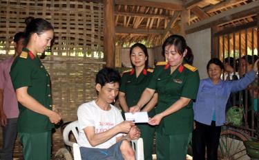 Đại úy Đoàn Thị Hạnh cùng hội viên phụ nữ Bộ CHQS tỉnh tặng quà gia đình có hoàn cảnh khó khăn trên địa bàn xã Xuân Long, huyện Yên Bình.