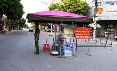 Một chốt kiểm soát tại khu vực phong tỏa áp dụng Chỉ thị số 16 trên địa bàn thành phố Phủ Lý.