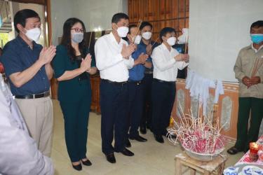 Lãnh đạo ngành giáo dục Nghệ An, huyện Nam Đàn đến thăm hỏi, động viện gia đình em Q.