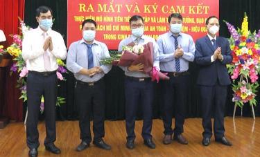 Các đồng chí lãnh đạo Đảng bộ khối Cơ quan và Doanh nghiệp tỉnh tặng hoa chúc mừng ra mắt mô hình.
