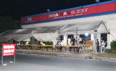 Qua xét nghiệm ngày 14/10, hai nhân viên làm việc tại Chốt kiểm soát dịch Covid-19 của tỉnh Lào Cai ở Km 237 cao tốc Nội Bài - Lào Cai bị mắc Covid-19.