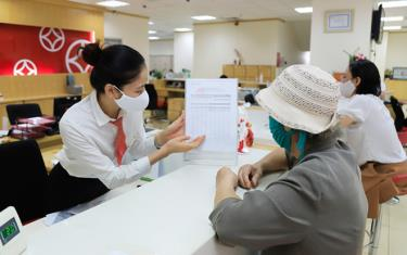 Tư vấn lãi suất cho khách hàng tại Ngân hàng thương mại cổ phần Đông Nam Á, Chi nhánh quận Cầu Giấy. Ảnh: Đỗ Tâm
