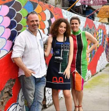 Vợ chồng Diego và con gái lớn bên tác phẩm tranh tường của anh ở Phúc Tân. Ảnh: FBNV