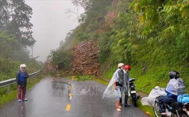 Đèo Khau Phạ thuộc địa phận xã Cao Phạ, huyện Mù Cang Chải xảy ra sạt lở đất đá gây tắc đường.