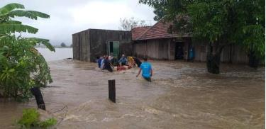 Mưa lũ nhấn chìm nhà dân ở huyện Ea Súp, tỉnh Đắk Lắk.
