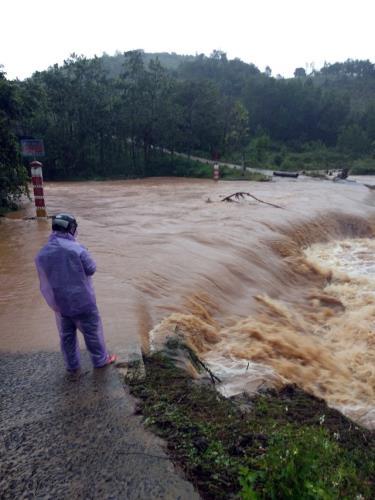 Nhiều tuyến đường tại tỉnh Kon Tum bị ngập do mưa lớn kéo dài