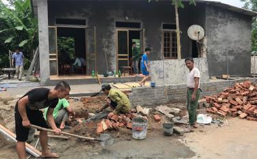 Nhân dân xã Việt Thành hỗ trợ làm nhà ở cho gia đình người có công với cách mạng.