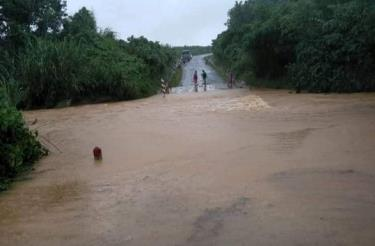 Những khe suối ở xã miền núi Trường Sơn nước thường lên rất nhanh nên vô cùng nguy hiểm khi vượt qua