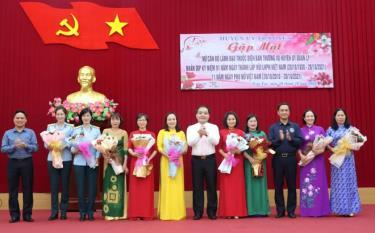 Các đồng chí Thường trực Huyện ủy tặng hoa chúc mừng các nữ cán bộ lãnh đạo quản lý cấp huyện nhân kỷ niệm Ngày Phụ nữ Việt Nam.