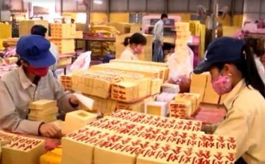 Công nhân Công ty cổ phần Lâm, nông sản thực phẩm Yên Bái gia công vàng mã xuất khẩu.