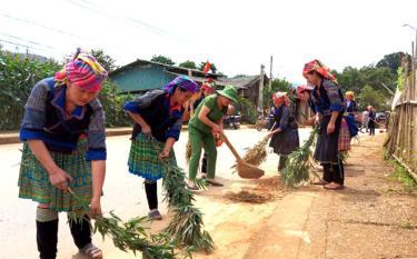 Hội viên Hội Phụ nữ xã Púng Luông, huyện Mù Cang Chải tham gia giữ gìn vệ sinh môi trường. (Ảnh: Thu Hạnh)