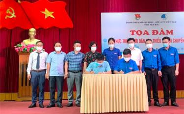 Leaders of the Ho Chi Minh Communist Youth Union chapter in Yen Bai and the provincial Department of Information and Communications sign a programme on coordination in digital transformation.
