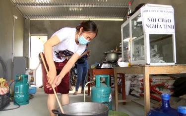Gia đình bà Phùng Thị Thơm, thôn Tiền Phong, xã Minh Quân dùng 1 gian nhà của mình làm chỗ nấu ăn miễn phí cho những người từ vùng dịch qua địa bàn.