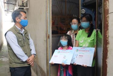 """Chương trình """"Tình thương cho em"""" của Báo Người Lao Động thăm và hỗ trợ 2 bé B.Y.N., B.Y.Ng. tại TP HCM"""