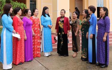 Các thế hệ lãnh đạo Hội LHPN tỉnh trao đổi về kinh nghiệm phát triển phong trào phụ nữ.
