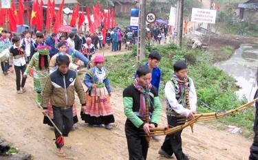 Tiếng khèn không thể thiếu trong các lễ hội. Trong ảnh: Màn đưa lễ Cúng rừng ở xã Nà Hẩu, huyện Văn Yên.