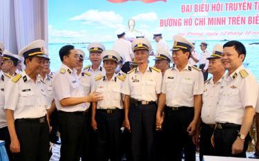 Thủ trưởng Bộ Tư lệnh Hải quân trò chuyện với các cựu chiến binh Đoàn tàu Không số.