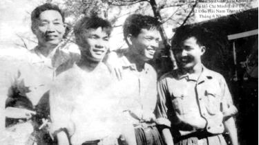 Trung tá Vũ Trung Tính (thứ hai từ trái sang) cùng đồng đội Đoàn tàu Không số năm 1965.