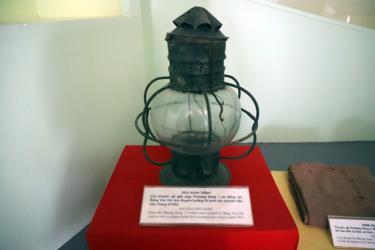 Đèn hành trình của con tàu đi trinh sát mở đường Hồ Chí Minh trên biển trưng bày tại Bảo tàng Hải quân.