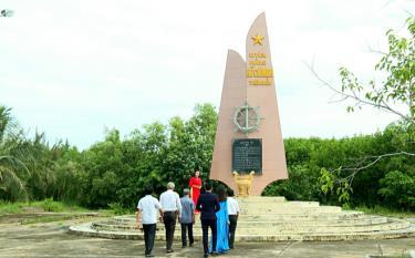 Bia tưởng niệm Đường Hồ Chí Minh trên biển tại Di tích quốc gia Bến tiếp nhận vũ khí Trà Vinh (Bến Cồn Tàu)