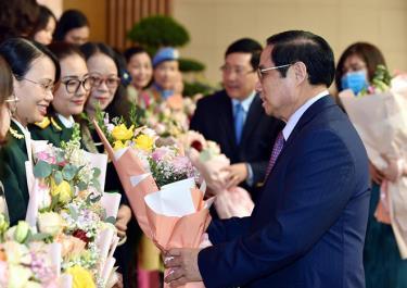 Thủ tướng tặng hoa cho đại diện các tầng lớp phụ nữ nhân ngày Phụ nữ VN 20.10
