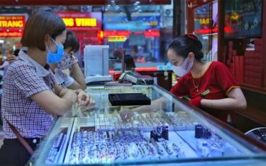Khách mua và xem vàng trang sức tại một cửa hàng vàng.