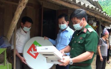 Cán bộ, chiến sĩ Ban Chỉ huy Quân sự huyện Văn Yên tặng thiết bị nghe nhìn cho người dân có hoàn cảnh đặc biệt khó khăn.