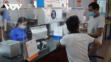 Khách đến mua vé tại Ga Sài Gòn.