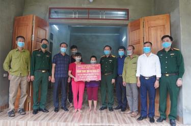 Phó bí thư Thường trực Huyện ủy Trấn Yên Nguyễn Quốc Toản và lãnh đạo Nhà máy Z183 tặng quà hộ nghèo ở xã Hòa Cuông.