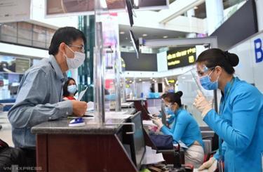 Hành khách làm thủ tục tại sân bay Nội Bài chiều 10/10.