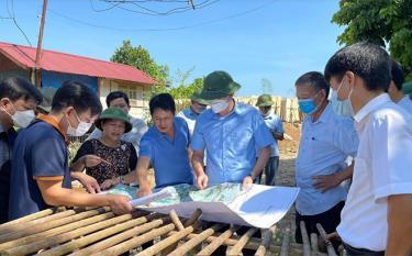 Lãnh đạo huyện Yên Bình kiểm tra công tác quy hoạch tại các xã nông thôn mới của huyện. (Ảnh: Kiều Mười)
