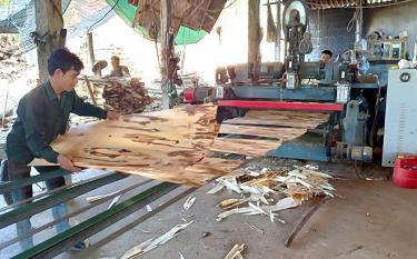 Xưởng chế biến gỗ rừng trồng của Hợp tác xã Đạt Thành tạo việc làm cho nhiều lao động địa phương.