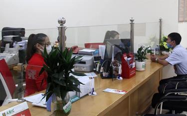 Khách hàng đến giao dịch tại Phòng Giao dịch Mường Lò, Agribank Chi nhánh Nghĩa Lộ.