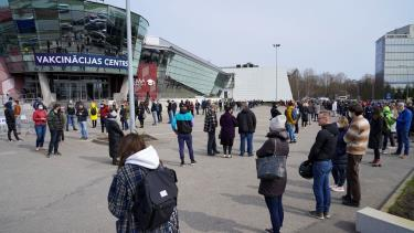 Người dân xếp hàng bên ngoài một trung tâm tiêm chủng ở Riga, Latvia, ngày 16/4.