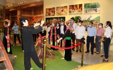 Các cá nhân tiêu biểu tham quan mô hình văn hóa dân gian các dân tộc tỉnh Yên Bái.