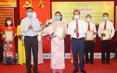 Lãnh đạo Đảng ủy Khối cơ quan và doanh nghiệp tỉnh trao giải nhất cho cô giáo Nguyễn Hạnh Hoa, Trường THPT Nguyễn Lương Bằng thuộc Sở Giáo dục và Đào tạo.
