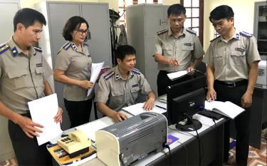 Lãnh đạo Cục Thi hành án dân sự tỉnh chỉ đạo bộ phận nghiệp vụ giải quyết án tồn đọng.
