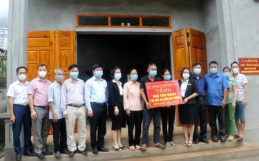 Lãnh đạo MTTQ huyện Trấn Yên và đại diện Agribank Yên Bái trao kinh phí hỗ trợ xây dựng và gắn biển Nhà tình nghĩa cho gia đình anh Đỗ Văn Tiên.
